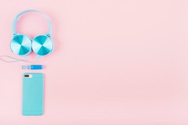 Vista alta ângulo, de, smartphone, e, headphone, ligado, cor-de-rosa, fundo Foto gratuita