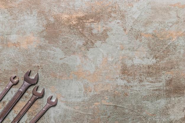 Vista alta ângulo, de, spanners, ligado, antigas, madeira, fundo Foto gratuita