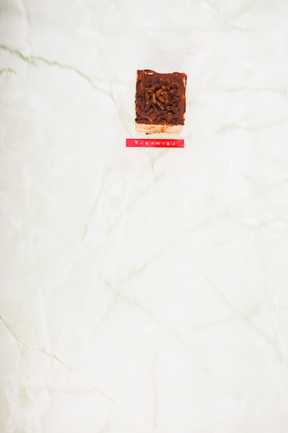 Vista alta ângulo, de, tiramisu, sobremesa, ligado, mármore Foto gratuita
