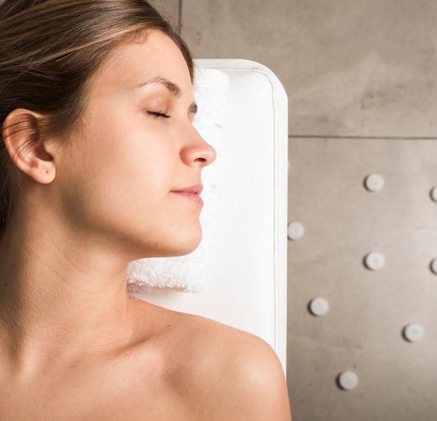 Vista alta ângulo, de, um, bonito, relaxado, mulher jovem Foto gratuita