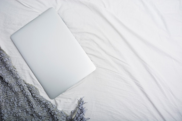 Vista alta ângulo, de, um, laptop, branco, bedsheet Foto gratuita