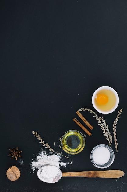 Vista alta ângulo, de, vário, assando ingredientes, ligado, experiência preta Foto gratuita