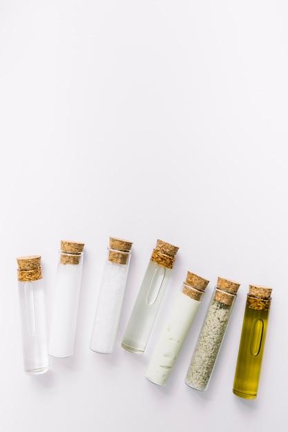 Vista alta ângulo, de, vários, cosmético, tubos teste, branco, fundo Foto gratuita
