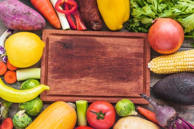 Vista alta ângulo, de, vários, legumes frescos, cercar, tábua cortante Foto gratuita