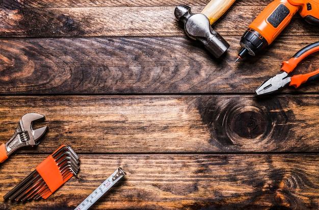 Vista alta ângulo, de, vários, worktools, ligado, madeira, fundo Foto gratuita