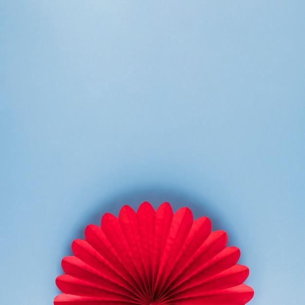 Vista alta ângulo, de, vermelho, bonito, origami, flor, ligado, azul, fundo Foto gratuita