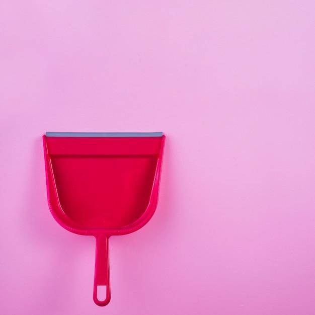 Vista alta ângulo, de, vermelho, dustpan, ligado, cor-de-rosa, fundo Foto gratuita