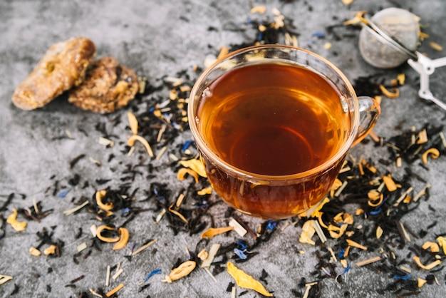 Vista alta da xícara de chá com biscoitos Foto gratuita