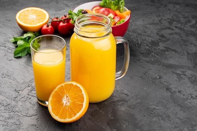Vista alta, de, suco laranja, em, óculos Foto gratuita