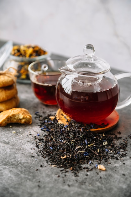 Vista alta do chá de frutas da floresta em copos Foto gratuita