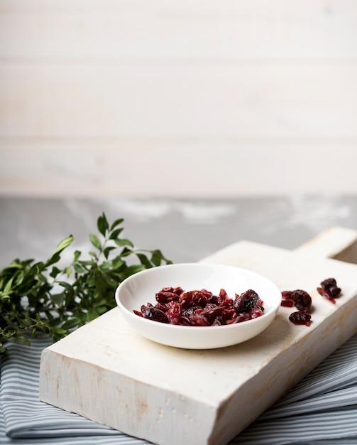 Vista alta frutos secos na placa de madeira na cozinha Foto gratuita