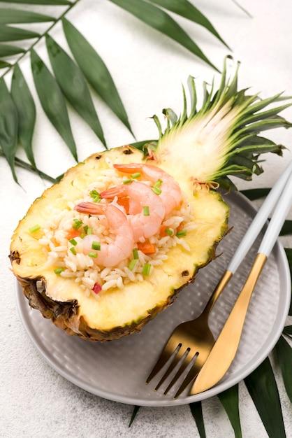 Vista alta metade do abacaxi com frutos do mar Foto gratuita
