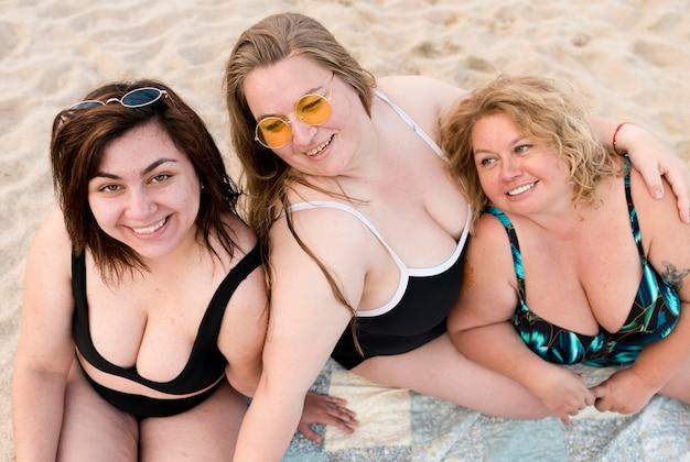 Vista alta plus size mulheres em fato de banho Foto gratuita