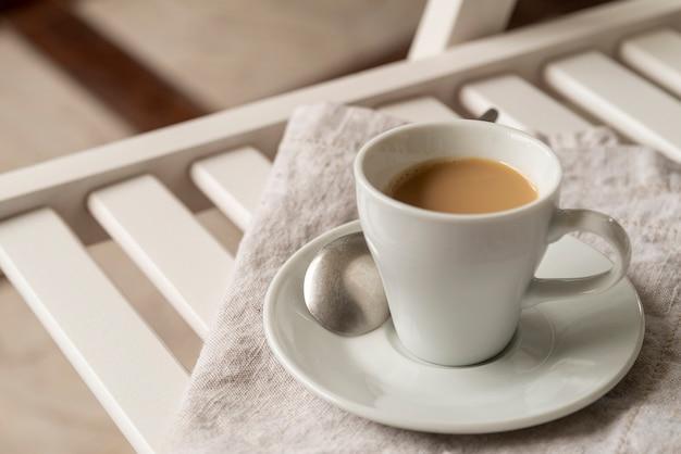 Vista alta xícara de café na cadeia Foto gratuita