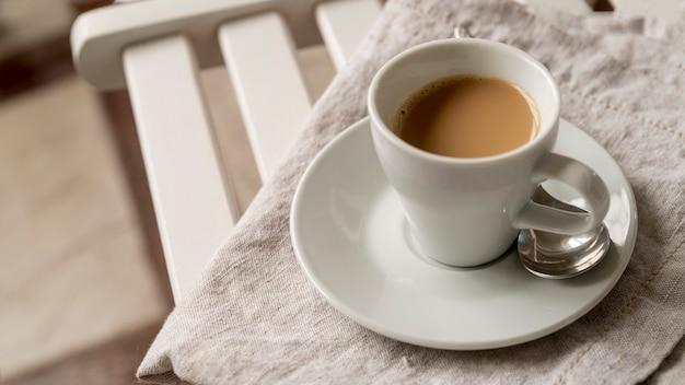 Vista alta xícara de café na mesa Foto gratuita