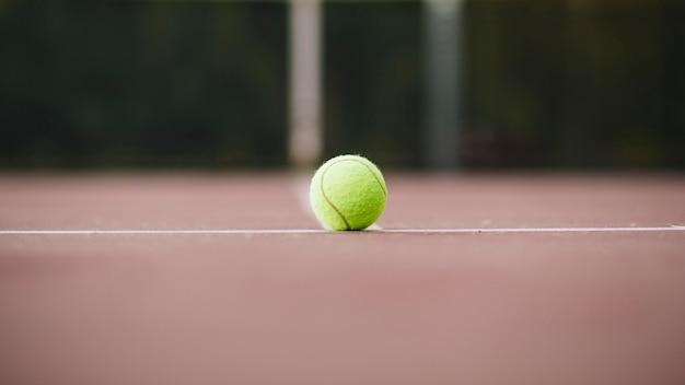 Vista baixa ângulo, com, bola tênis, em, campo Foto gratuita