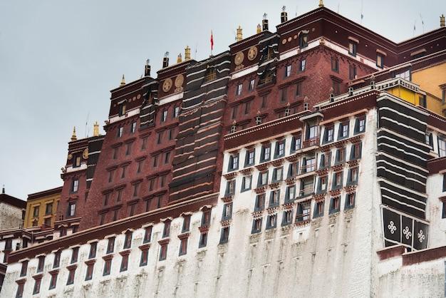 Vista baixa ângulo, de, a, palácio potala, lhasa, tibet, china Foto Premium
