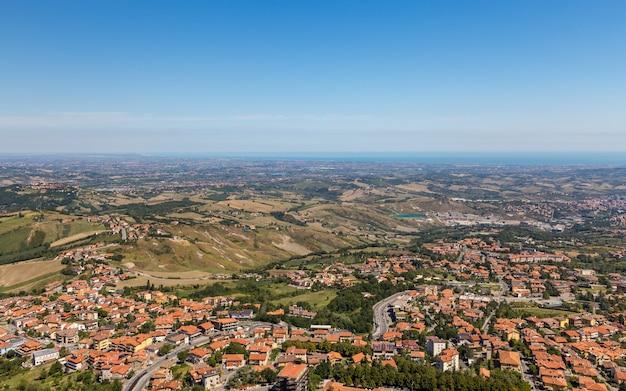 Vista da aldeia da fortaleza de san marino Foto Premium