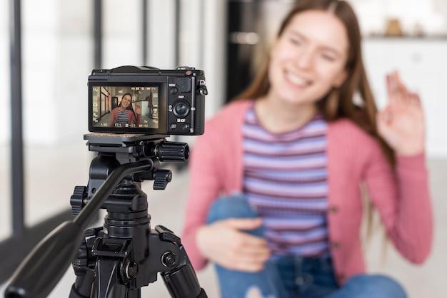 Vista da câmera do blogger renunciando Foto gratuita