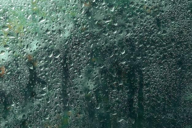 Vista da chuva cai na janela. outono, estações de primavera e conceito de clima. Foto Premium