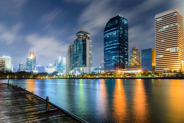 Vista da cidade à noite de banguecoque tailândia com colorido da reflexão da luz no lago Foto Premium