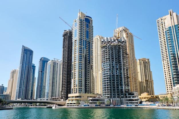 Vista da cidade de dubai com edifícios Foto Premium