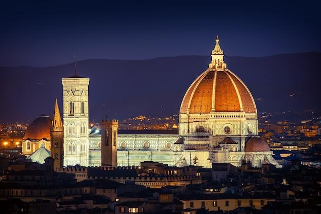 Vista da cidade de florença à noite com cúpula da basílica Foto Premium