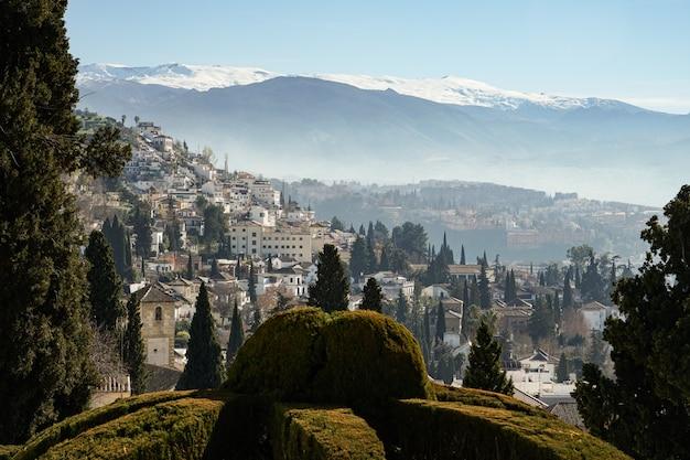 Vista da cidade de granada e sierra nevada Foto Premium