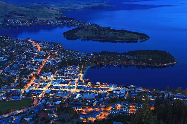 Vista da cidade de queenstown ao entardecer Foto Premium