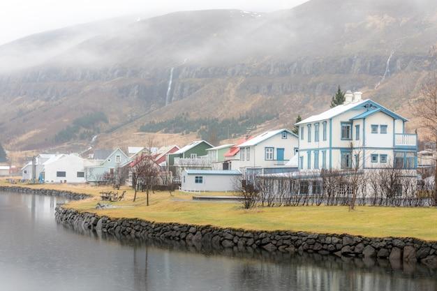 Vista da cidade de seydisfjordur Foto Premium