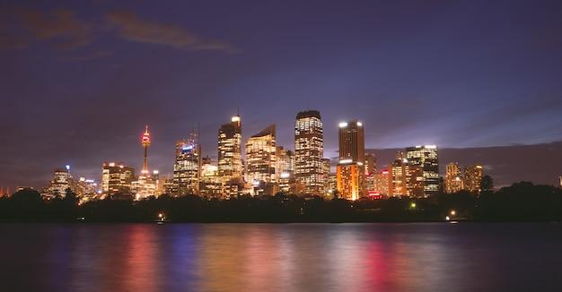 Vista da cidade de sydney à noite luz colorida austrália Foto Premium