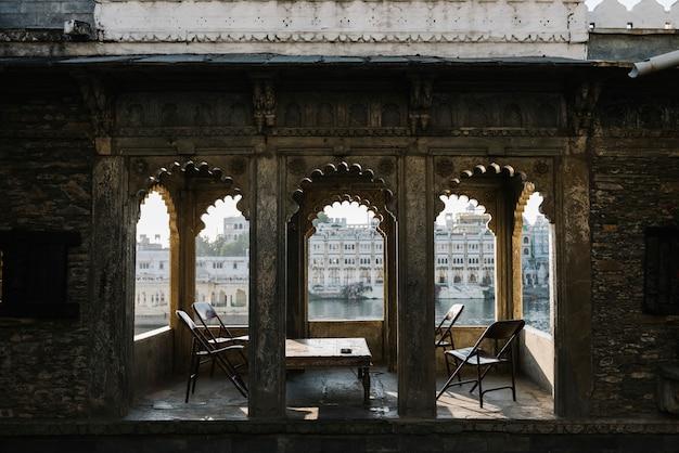 Vista da cidade de udaipur de uma varanda de hotel em rajasthan, índia Foto gratuita