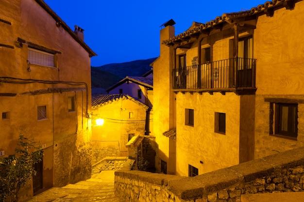 Vista da cidade espanhola na noite. albarracín Foto gratuita