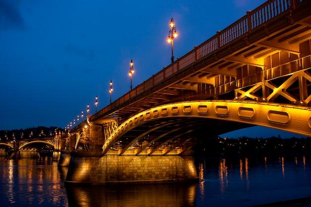Vista da cidade noturna de budapeste com a ponte das correntes zechenyi - imagem. Foto Premium