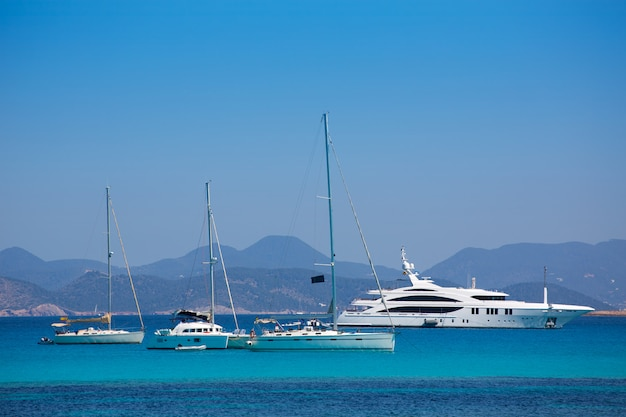 Vista da costa de ibiza de formentera com barcos de âncora Foto Premium