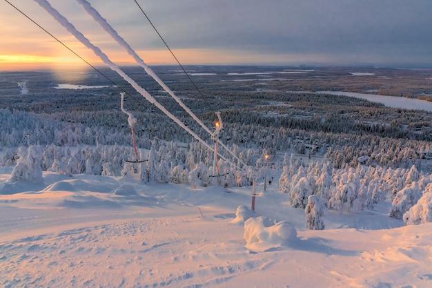 Vista da estância de esqui ruka lapónia finlandesa, dia de inverno frio. Foto Premium