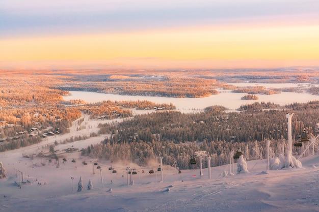 Vista da estância de esqui ruka lapónia finlandesa, por do sol frio do inverno. Foto Premium