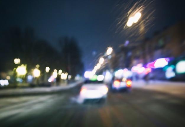 Vista da estrada turva, com muitos carros e luz dos olhos do motorista Foto Premium