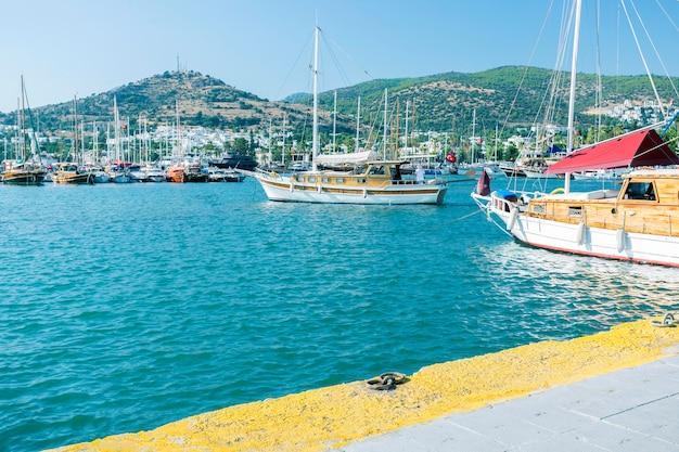 Vista da marina de bodrum, barcos à vela e iates na cidade de bodrum, cidade da turquia. Foto Premium