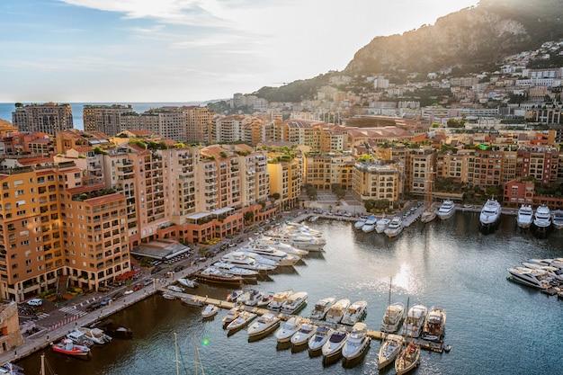 Vista da marina e casas de luxo na rica cidade europeia na cote d'azur. Foto Premium
