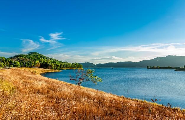 Vista da natureza da paisagem e rio e cor da luz solar Foto Premium