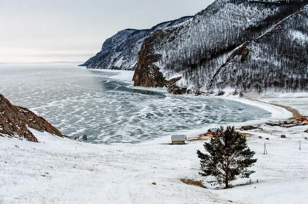Vista da paisagem do inverno na sibéria com o lago baikal congelado à distância. inverno na rússia Foto Premium