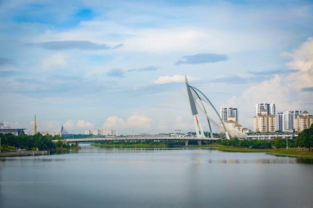 Vista da ponte de seri wawasan em putrajaya kuala lumpur malásia Foto Premium