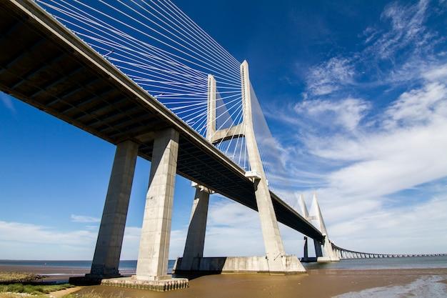 Vista da ponte surpreendente, vasco da gama, localizado em lisboa, portugal. Foto Premium