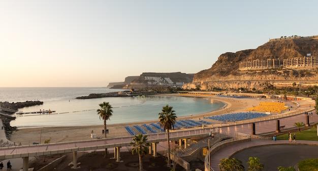 Vista da praia completa da baía de playa de amadores, na ilha de gran canaria, na espanha. Foto Premium
