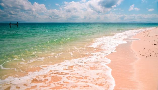 Vista da praia na ilha de sali, myanmar Foto Premium