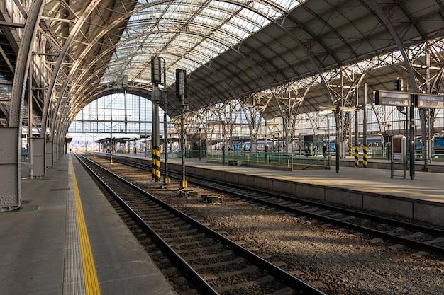 Vista da principal estação ferroviária de praga, república tcheca. Foto Premium