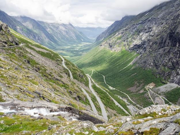 Vista da troll road na noruega. paisagem montanhosa com estrada sinuosa para carros Foto Premium
