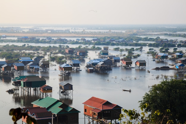 Vista das casas em tonle sap, siem reap, camboja Foto Premium