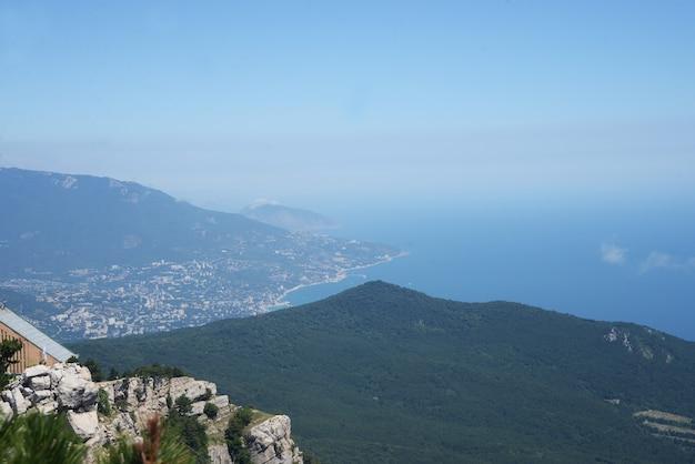 Vista das montanhas com o mar na criméia de yalta Foto Premium